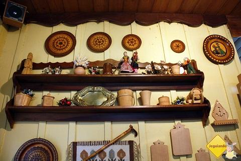 """Kawiarnia Krakowiak e seus """"trocentos"""" objetos peculiares de decoração. Imagem: Erik Pzado"""