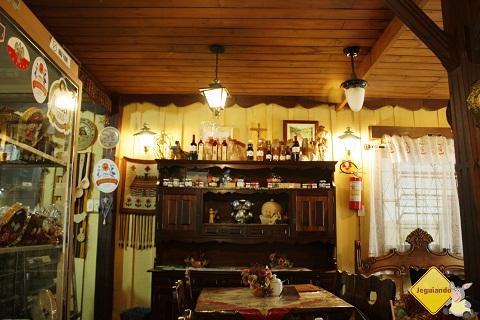 Móveis e objetos de decoração antigos trazem aquele clima de casa de vó! Imagem: Erik Pzado