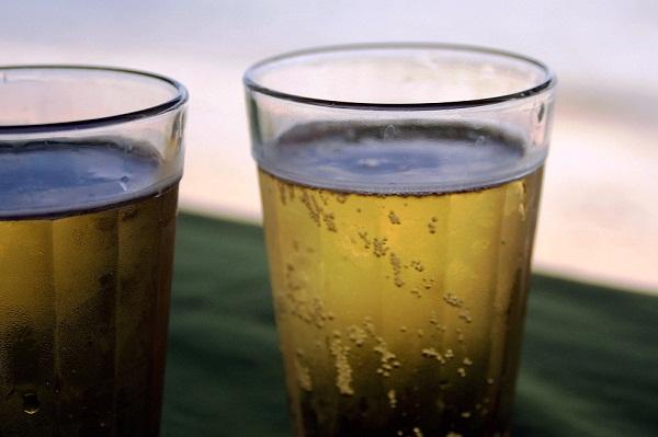 Tomar uma cerveja gelada nos vários barzinhos da Ribeira também é uma boa dica! Imagem: Janaína Calaça