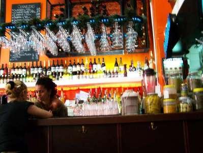 Interior do Bar Yrigoyen - repare nos preços das cervejas
