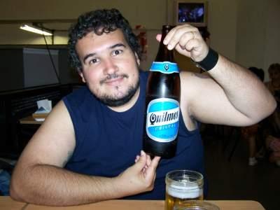 Fábio com uma garrafa de Quilmes em um boteco na Calle Lavalle