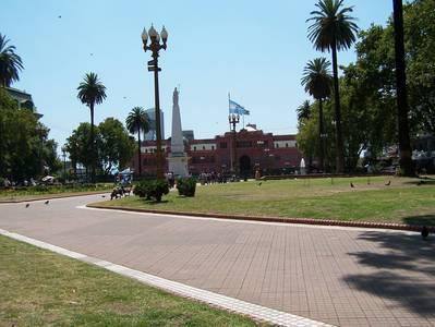 Praça de Maio - Piramide de Maio e Casa Rosada ao fundo. Foto: Jeguiando
