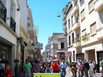 Ruas de San Telmo, aos domingos, no dia da feira de antiguidades. Foto: Jeguiando.