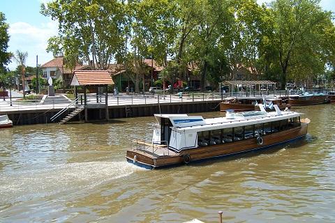 Embarcações que circulam pelo Rio Tigre e que realizam os passeios. Tigre, Argentina. Imagem: Arquivo Jeguiando