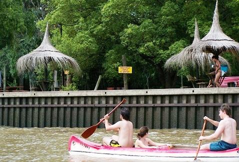 Às margens do Rio Tigre, casas e clubes particulares. Imagem: Arquivo Jeguiando