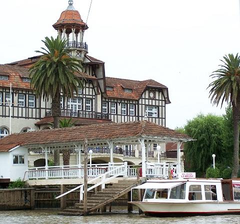 Exemplares da arquitetura portenha e imponentes casarões são avistados durante o passeio pelo Rio Tigre. Imagem: Arquivo Jeguiando