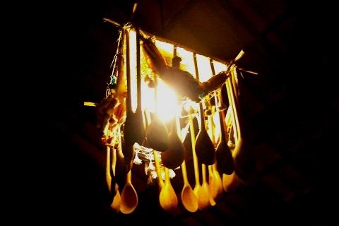 Luminária feita com colheres de pau. Imagem: Janaína Calaça