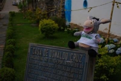 Jegueton em frente a casa de Oswaldo Cruz