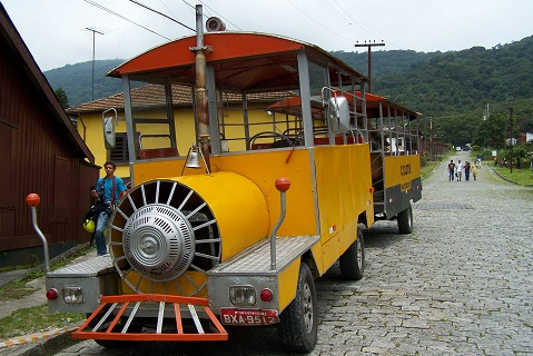 Trenzinho. Passeio turístico pela vila. Imagem: Janaína Calaça.