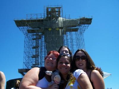 Eu, Andréia, Mari e Mila ao fundo com o Cristo Redentor em reforma. Imagem: Jeguiando.