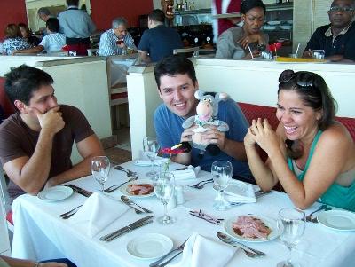 Denis, Ariovaldo Jr., Andréia Lino. Royal Holiday. Imagem: Jeguiando.