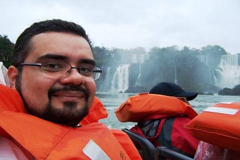 Erik Pzado nas Cataratas Brasileiras. Imagem: Janaína Calaça.