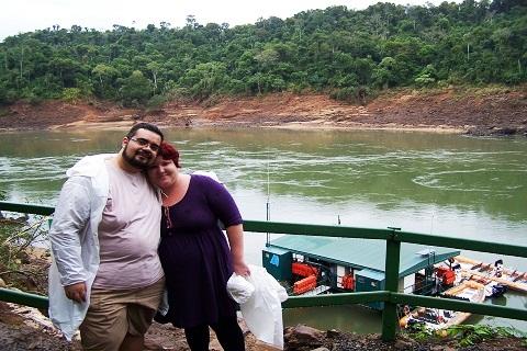 Erik Pzado e Janaína Calaça se preparando para o passeio de barco do Macuco Safari.
