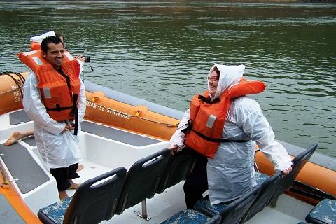 Turista colombiano e Janaína Calaça no barco do Macuco Safari. Imagem: Erik Pzado.