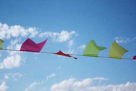 Bandeirolas enfeitando o céu. Imagem: Erik Pzado.
