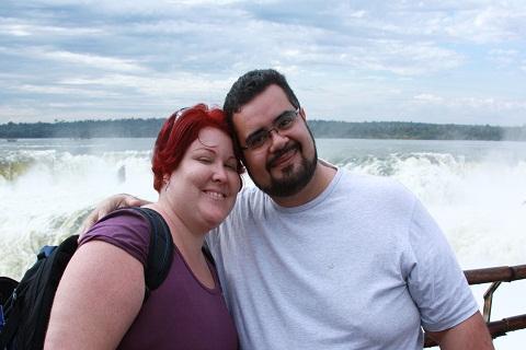 Janaína Calaça e Erik Pzado com a Garganta del Diablo ao fundo.