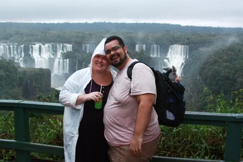 Janaína Calaça, Erik Pzado e Jegueton na mochila. Jeguiando nas Cataratas Brasileiras.