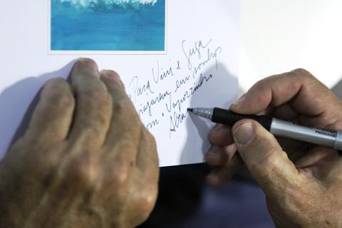 Vaporzinho sendo autografado pelo Enéas Guerra para o Vini e o Guga. Imagem: Erik Pzado.