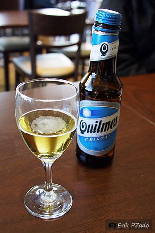 A tradicional pilsen Quilmes, gelada e diurética! Ótima para voos longos!. Imagem: Erik Pzado.