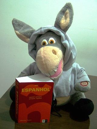 "Jegueton e seu dicionário de espanhol. ""Me gustaria hacer una ligación! No, no! Una llamada, una llamada!"". Imagem: Janaína Calaça."