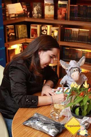 Mari Campos autografando seu livro e Jegueton pedindo pra tomar uns goles do vinho! Tisc tisc. Imagem: Erik Pzado.