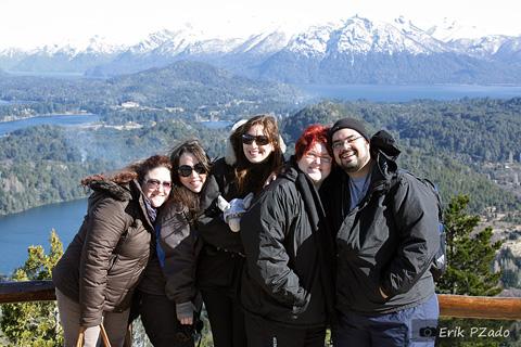Andrea, da Royal Holiday, Mari Campos, Rubia Dalla Pria, da Burson Marsteller, Janaína Calaça (eu!) e Erik Pzado. No colo de Rubita, o folgado Jegueton. Bariloche, Argentina.