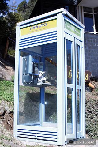 Jegueton na cabine telefônica, depois de ter rodado os locutórios de Bariloche para falar com sua família. Imagem: Erik Pzado.