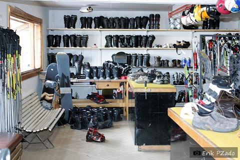 Loja de aluguel de roupas e equipamentos para esquiar. Imagem: Erik Pzado.
