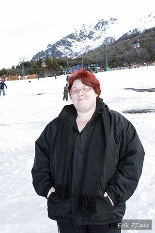 """Janaína Calaça com sua roupa imperméavel para aguentar o frio de Bariloche e levemente """"zarolha"""" por causa do vento. Imagem: Erik Pzado."""