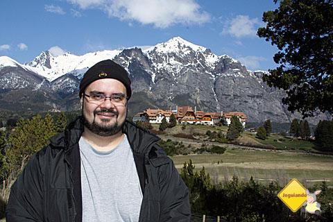 Erik Pzado e, ao fundo, o Hotel Llao Llao. Imagem: Janaína Calaça.
