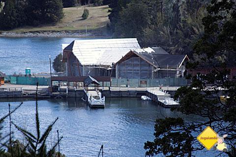Puerto Pañuelo ao longe, onde os visitantes pegam as embarcações para Isla Victoria e para o Bosque de Arrayanes. Imagem: Erik Pzado.