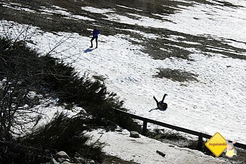 Criança brincando de Colapatín na neve. É tipo um esqui-bunda no freezer! Imagem: Erik Pzado.