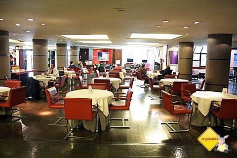 Um dos restaurantes do hotel. Imagem: Erik Pzado.