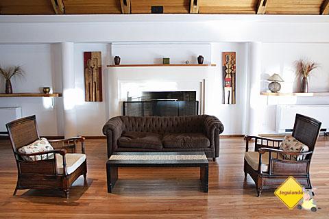 Um dos ambientes para conversar e relaxar do Hotel Panamericano Bariloche. Imagem: Erik Pzado.