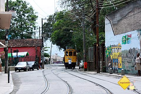 Bondinho de Santa Tereza e grafite em sua homenagem. Rio de Janeiro. Imagem: Janaína Calaça.