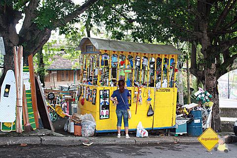 Artista local utiliza material reciclável para criar suas peças. Imagem: Erik Pzado.