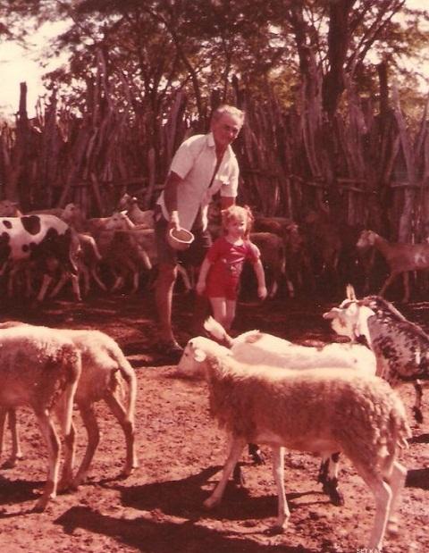 Vô, eu e os bezerrinhos em Floresta, Pernambuco.