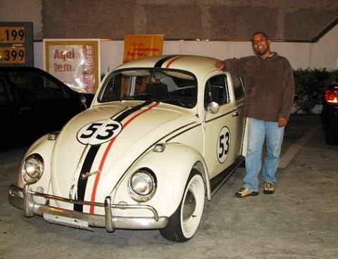 Quem não tem a carona do Herbie, tem que deixar o carro nos estacionamentos. Na foto, Eddie e seu Herbie. Imagem: Erik Pzado.