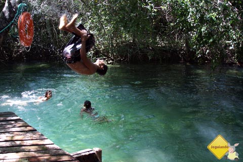 Bonitenses se banham nas piscinas naturais do Balneário Municipal de Bonito, Mato Grosso do Sul. Imagem: Erik Pzado.