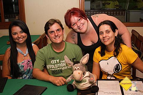 Rafael, sua namorada, Jegueton e Carina Freitas. Acima, Janaína Calaça do Jeguiando. Imagem: Erik Pzado.