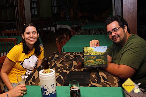 Carina Freitas, do Bonito Web, e Erik Pzado com o mousepad do Rio da Prata. Imagem: Janaína Calaça.