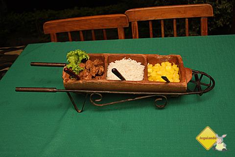 Javali na telha ao temperi Castellabate com arroz e aimpim (mandioca). Imagem: Erik Pzado.