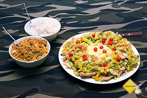 Peixe ao molho de camarão com pimenta biquinho, arroz e farofa. Imagem: Erik Pzado.