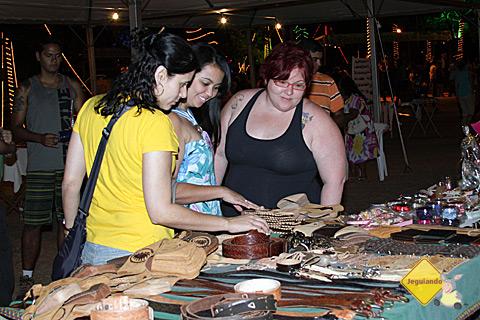 Carina Freitas e Janaína Calaça conferindo as produções dos bonitenses. Imagem: Erik Pzado.