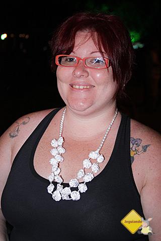 Janaína Calaça com seu colarzinho de fuxicos brancos. Imagem: Erik Pzado.