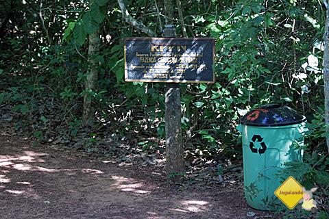 Kits de primeiros-socorros, latas de lixo, sinalização ao longo da trilha. Imagem: Erik Pzado.