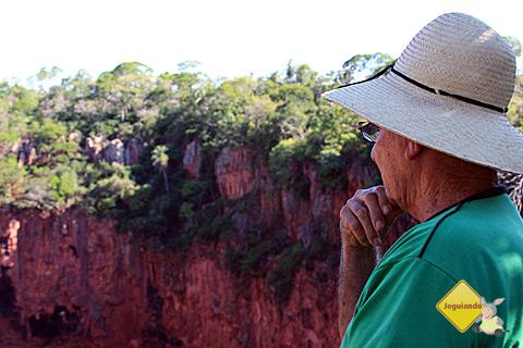 Seu Modesto contemplando o Buraco das Araras. Imagem: Erik Pzado.