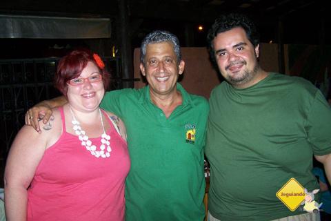 Janaína Calaça, João - proprietário do Restaurante Casa do João - e Erik Pzado. Abraço amistoso de boas vindas. Imagem: Tio Boca.