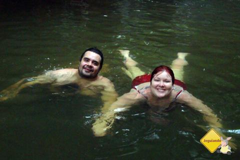 Erik Pzado e Janaína Calaça. Cachoeiras da Estância Mimosa, Bonito, Mato Grosso do Sul. Imagem: Chris