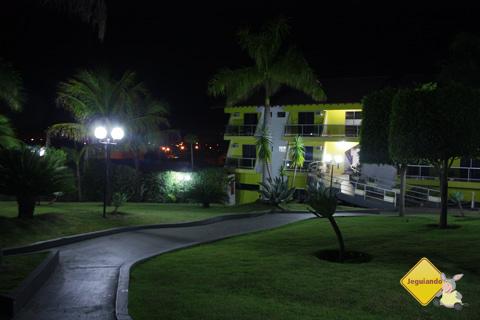 Visão noturna da área externa do Marruá Hotel, Bonito, Mato Grosso do Sul. Imagem: Erik Pzado.